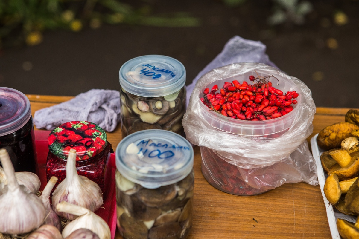 Шиповник— 50 рублей стакан, 100 рублей литр