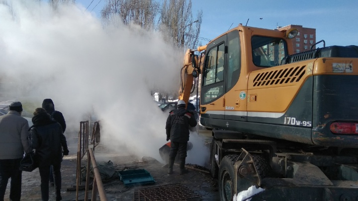 «Можем провозиться до утра!»: рабочие приступили к замене аварийной теплотрассы на проспекте Ленина