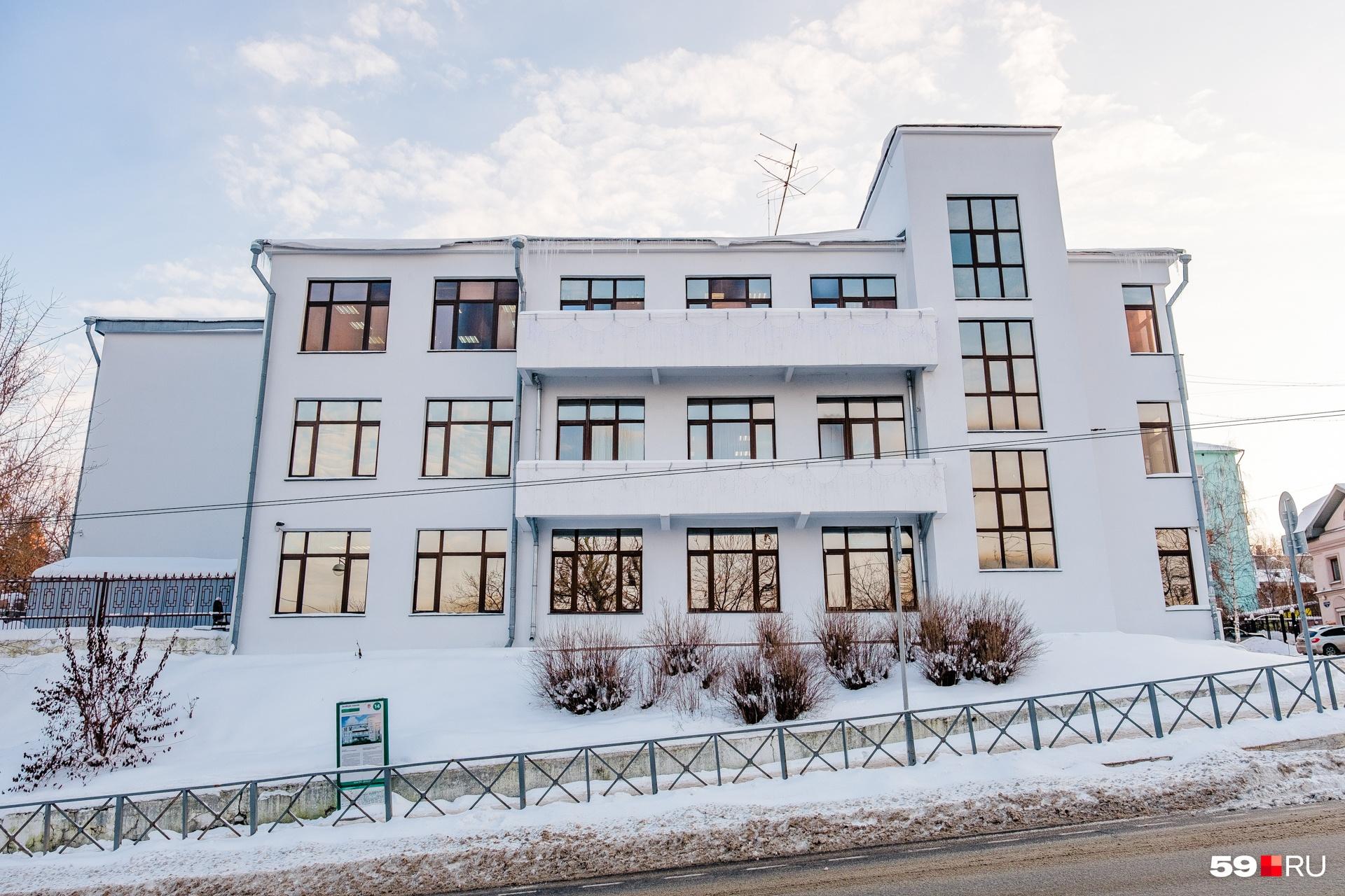 Дом построен на горе, но архитекторы смогли справиться со сложной задачей, использовав при постройке железобетон