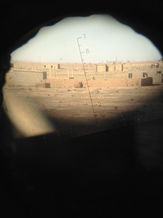 Съемка с бинокля из наблюдательного пункта. Вдалеке позиции курдов и американская база