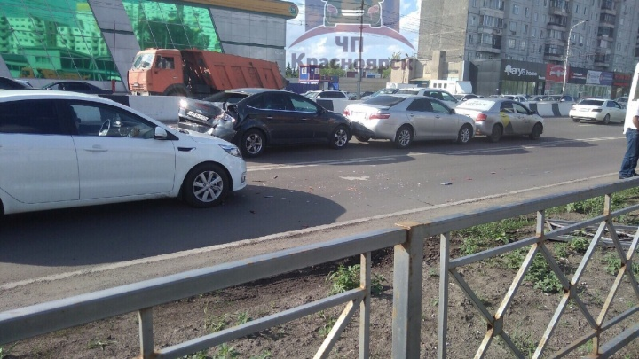 Возле «Июня» у КАМАЗа отказали тормоза, и он собрал «паровозик»