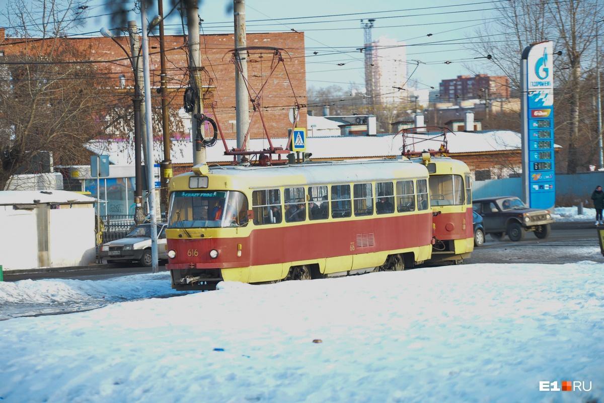 Трамваи Екатеринбурга выходят на линию даже в лютые морозы. Они довезут вас до нужной остановки, но придется померзнуть
