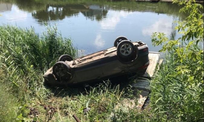 В Башкирии пьяный водитель на проселочной дороге сбил женщину с коляской, ДТП попало на видео