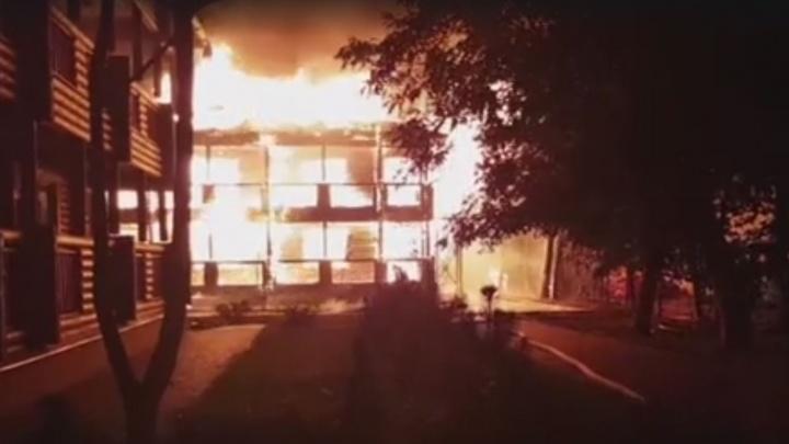 Охранник облил спиртом себя и 4-летних детей: в Бразилии из-за поджога детсада погибли 9 человек