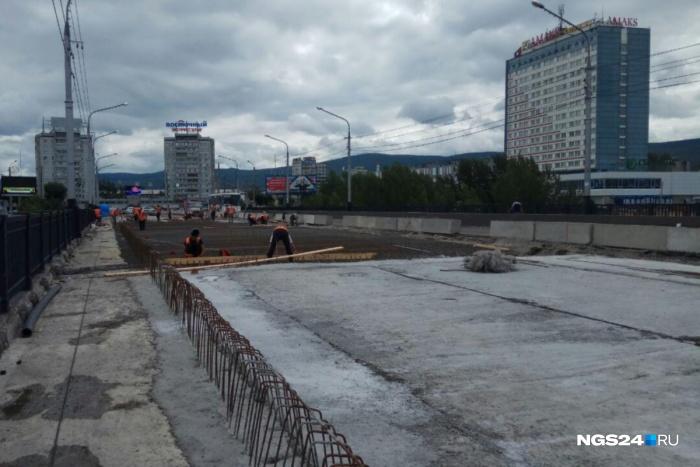 Разобранную до основания проезжую часть после армирования начали бетонировать