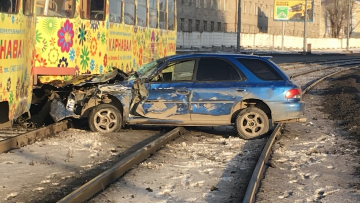 На Бебеля Subaru Impreza, застрявшая на рельсах, заблокировала движение трамваев