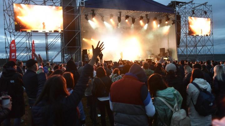 С пошлыми шутками и известными певцами: дождливый фоторепортаж с фестиваля под Екатеринбургом