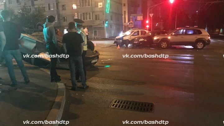 Ночное ДТП в Уфе: на оживлённом перекрёстке перевернулась машина