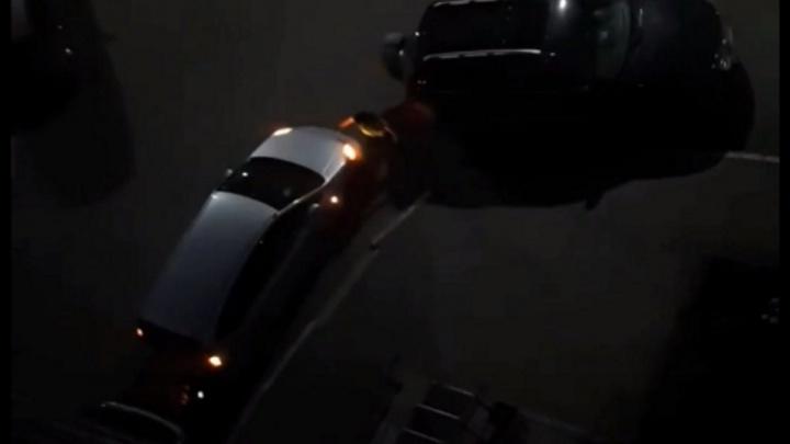 Женщина ночью разгромила припаркованное во дворе авто