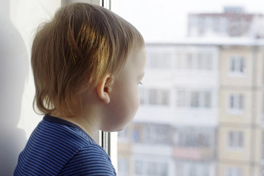 Маленького ребенка спасли отпадения с 3-го этажа