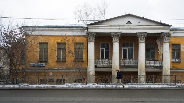 «Я живу в памятнике»: история разваливающегося замка на Куйбышева, из которого сделали коммуналки