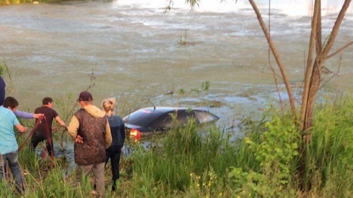 Под Уфой водитель с ребенком попал в ДТП: машина влетела в водоем