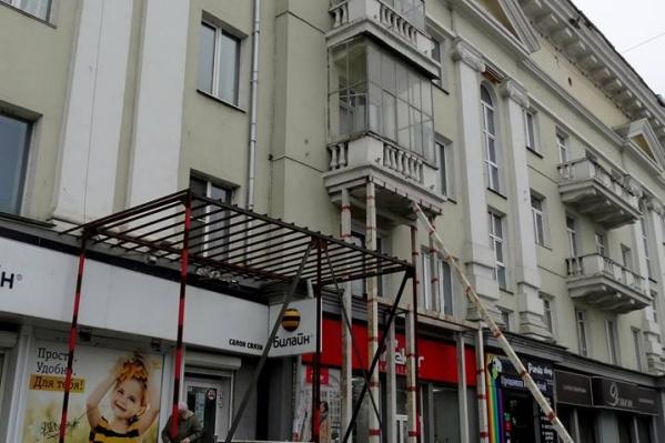 Балкон в центре Челябинска стоит на металлических подпорках уже три года