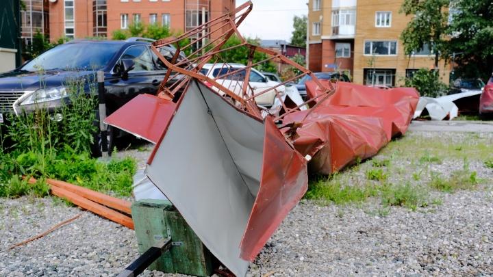 Шквальный ветер в Перми за пять минут повалил деревья и рекламные конструкции. Есть пострадавшие