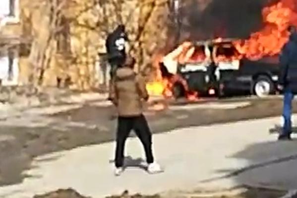 Парень просто упал в пламя