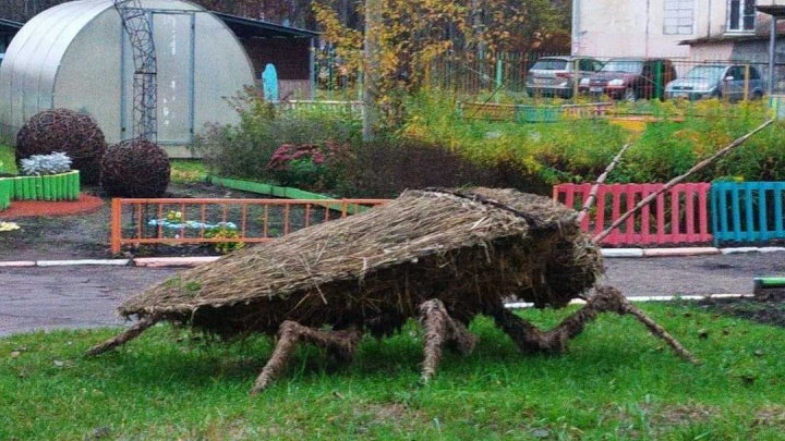 В ярославском детском садике поставили гигантского жука: взрослые испугались, а детям понравилось