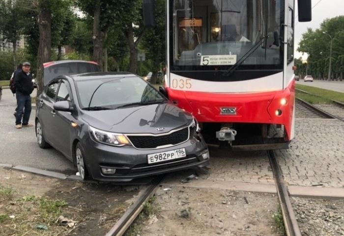Водителю Kia повезло: перед столкновением трамвай снизил скорость, потому что впереди была остановка