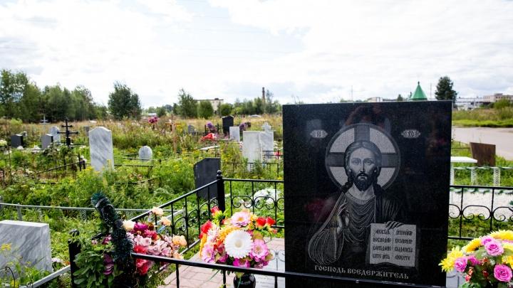 У похоронной фирмы за долги арестовали памятники