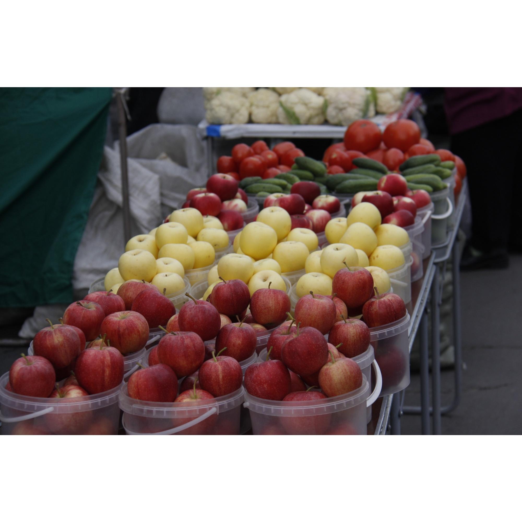 Яблоки почти у всех торговцев стоят 200 рублей