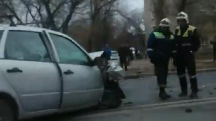«Грузили на носилках»: в Волгограде лоб в лоб столкнулись легковушки — видео