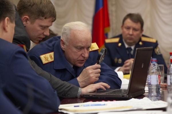 Бастрыкин изучает фото с места преступления. Детально изучает