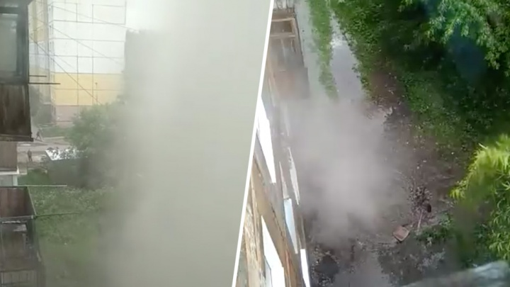 На улице 19 Партсъезда из-под земли забил фонтан горячей воды высотой в пять этажей