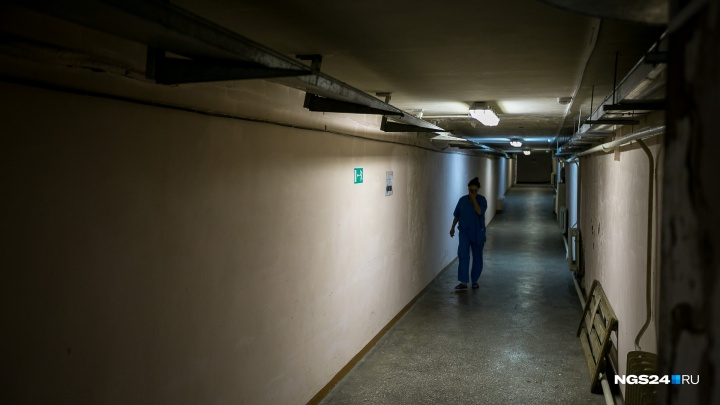 Мужчина с ножом в груди попал на стол хирургов и умер. В смерти винят медиков