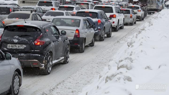 По правому не проехать: новосибирцы встали в километровые пробки