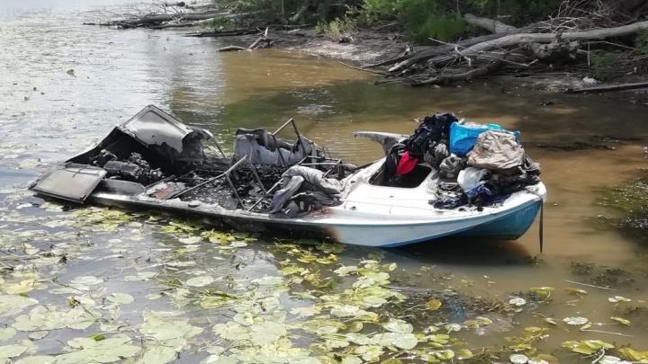 «Мотор задымил и вспыхнул»: появились фото сгоревшего на Волге катера