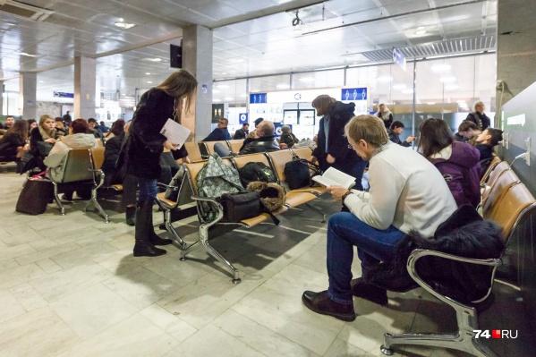Мужчина закурил прямо в зале ожидания челябинского аэропорта, а потом всех обматерил