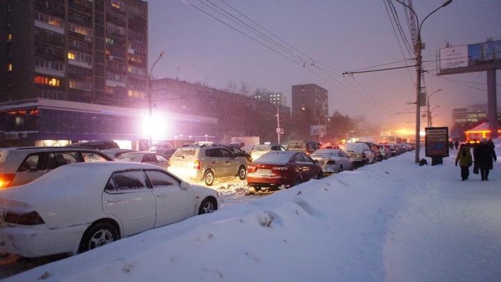 Новосибирские водители застряли в 10-балльных пробках по пути с работы