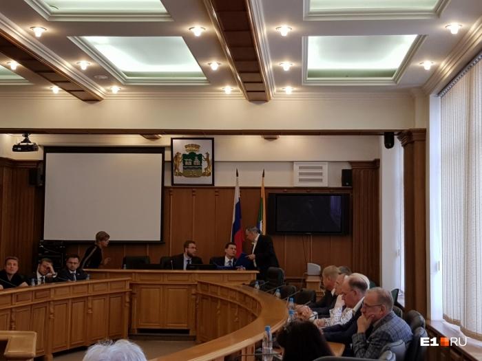 Олег Хабибуллин передает депутатам папки, где сказано, кто виноват в нечистых сделках