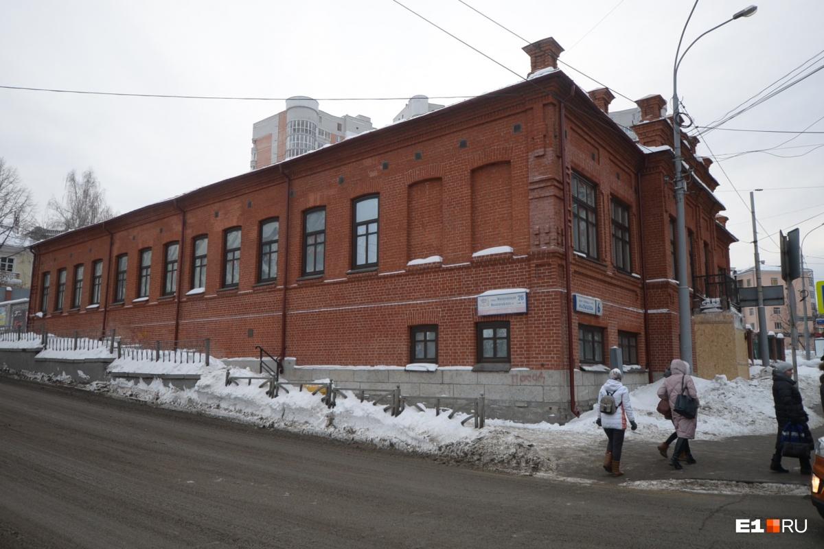 Работы начались с ремонта фасада и замены окон