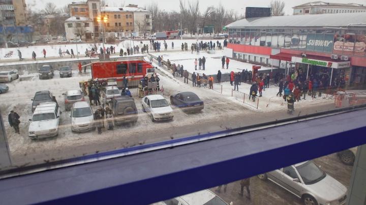 «У меня так все мясо сгорит»: в Волгограде эвакуировали продавцов и покупателей торгового центра
