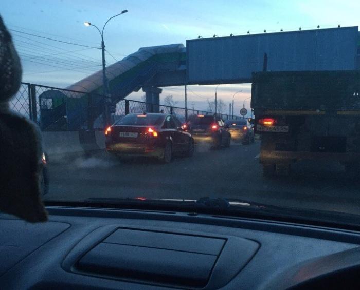 К скоплению машин привела авария недалеко от Экспоцентра