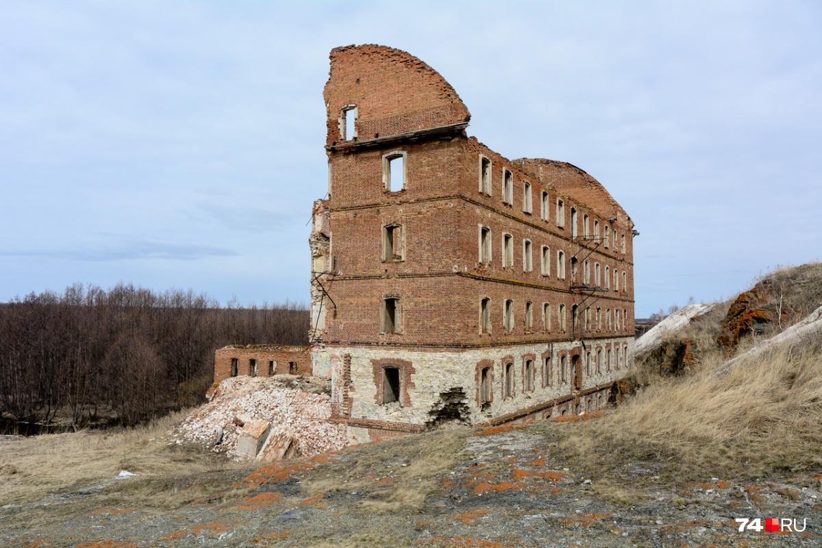 Мельница братьев Злоказовых — впечатляющая многоэтажная постройка, в которой в советские годы размещался завод по производству авиационного клея