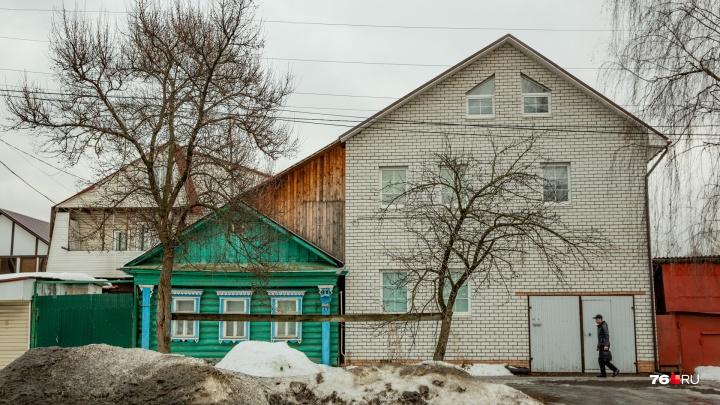 Роскошь и нищета Ямской улицы: в Ярославле к покосившимся домам пристраивают целые коттеджи