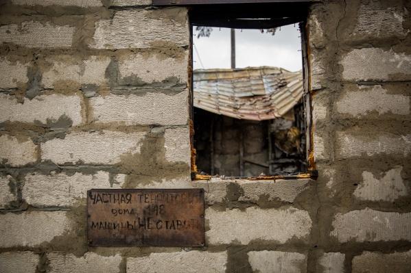 Сначала в этом доме жил со своей семьей руководитель благотворительной организации Максим Филатов. Потом он приспособил помещение под склад вещей для нуждающихся