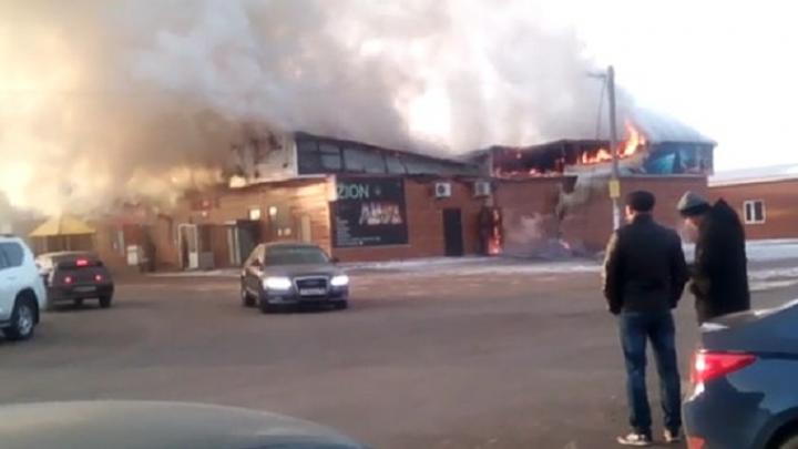 Под Уфой загорелись придорожное кафе и магазин