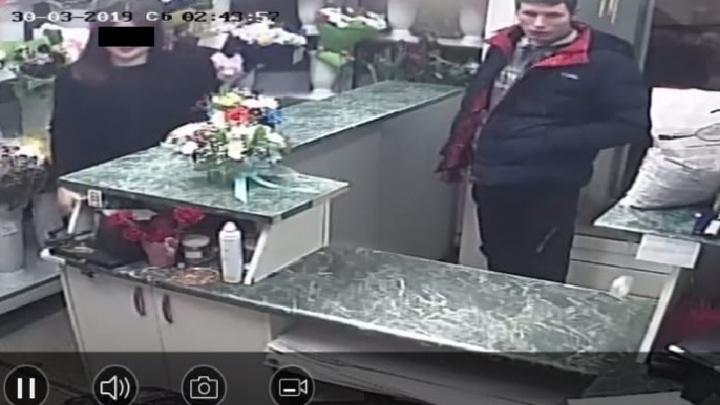 «Порезал все руки»: на Вторчермете хулиган ранил «розочкой» девушку-продавца в цветочном киоске