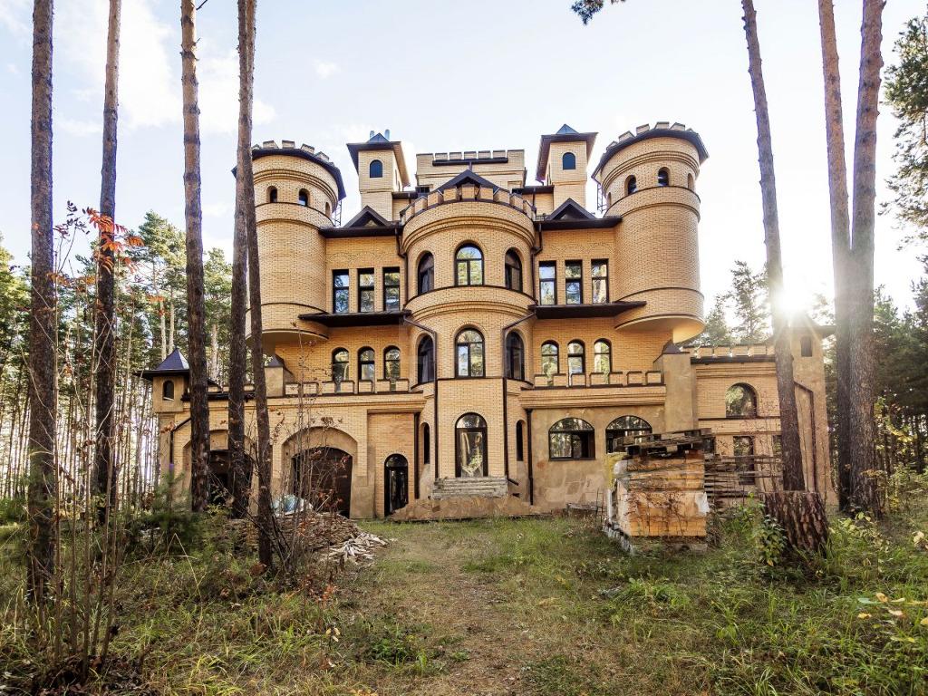 Замок стоит в поселке Кудряшовском