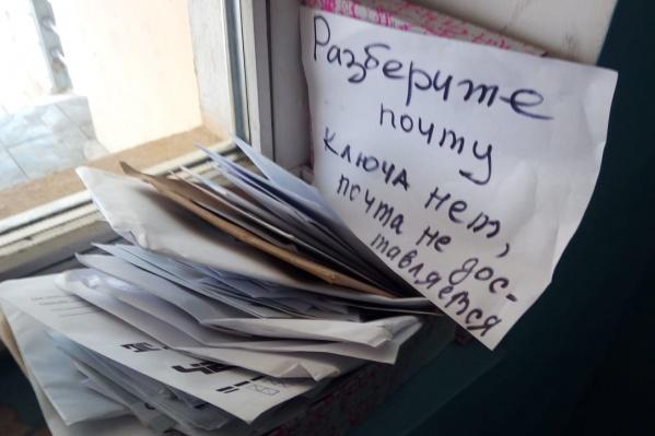 Такую коробку сегодня жители Горского микрорайона, 74 обнаружили на первом этаже в подъезде