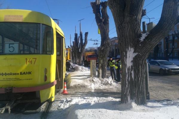 Водитель трамвая не смог избежать наезда