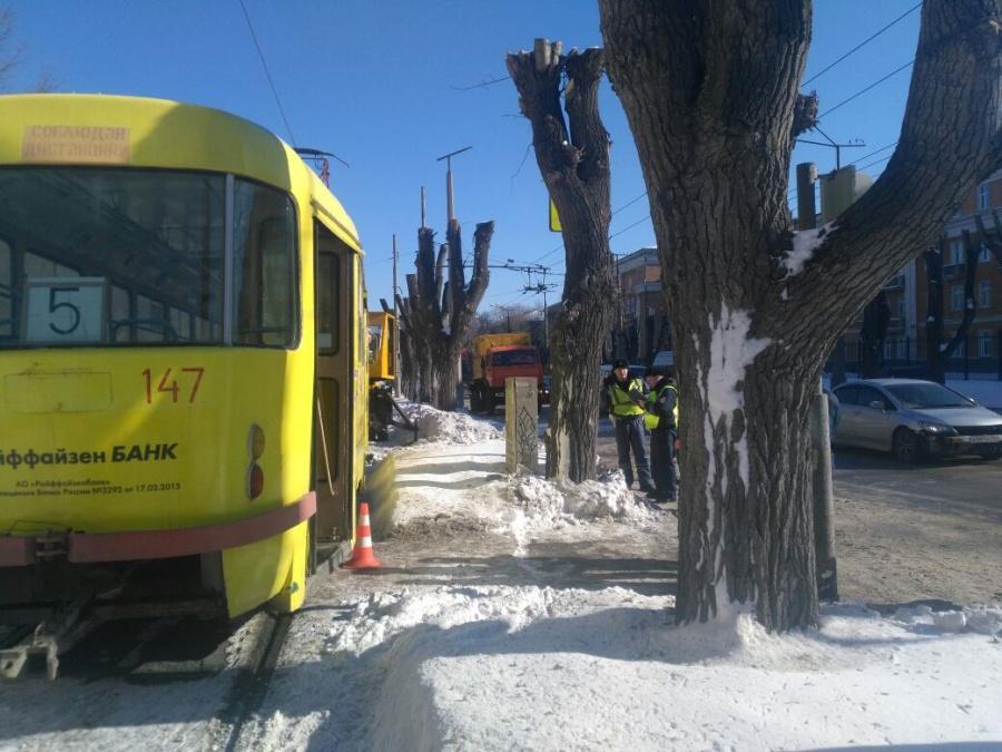 ВЕкатеринбурге трамвай переехал мужчину наглазах усупруги