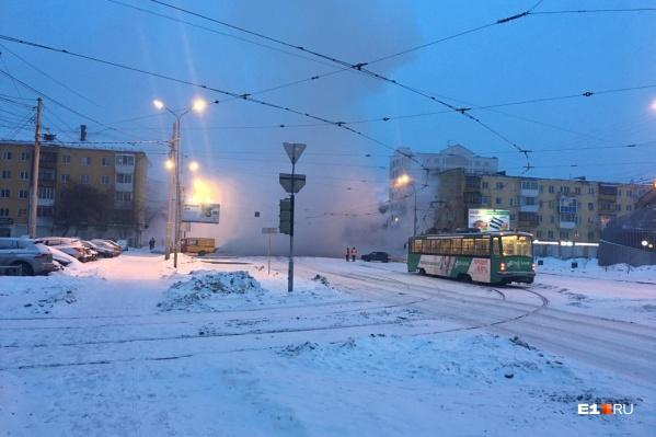Пассажиров высаживают из трамваев