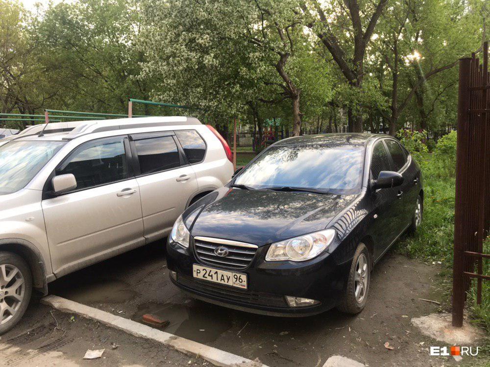 «Я паркуюсь как...»: в Екатеринбурге стеклянные двери спасают от автохамов, а крепкие столбики — нет