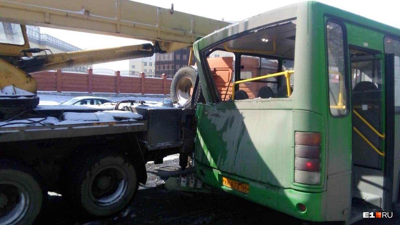 На Широкой Речке автокран врезался в маршрутку, стоявшую на остановке