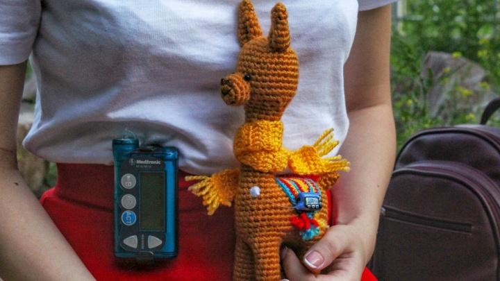 «Чтобы перестала стесняться»: сибирячка связала подруге альпаку с инсулиновой помпой