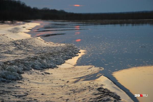 Необитаемый остров, с одной стороны омываемый протоками Северной Двины, — излюбленное место рыбалки для жителей Архангельска