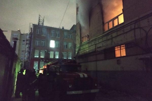 Площадь пожара достигла 100 квадратных метров<br>